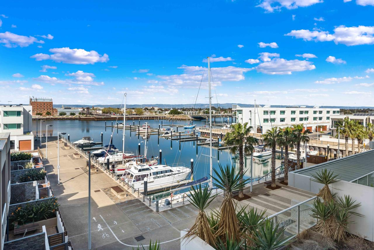 Port Adelaide Executive Waterfront Apartment - Tourism Bookings WA